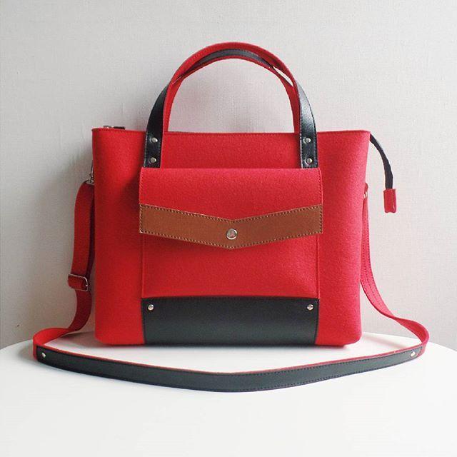 Тем, кто не согласен мириться с серостью за окном, обязательно пригодится вот такая оочень яркая и эффектная красная сумочка)   #felt #wool #leather #handmade #bag #handbag #etsy #фетр #шерсть #кожа #хендмейд #ручнаяработа #сумка