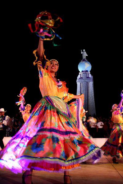 El Salvador- danza folklorica en parque del monumento al Divino Salvador del mundo.