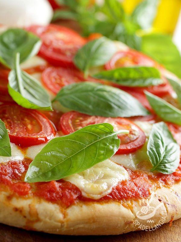 Pizza Margherita with fresh tomatoes - La Pizza Margherita con pomodori freschi è un classico che non viene mai a noia: il basilico gli dà quella carica e quella nota di sapore in più. #pizzamargherita