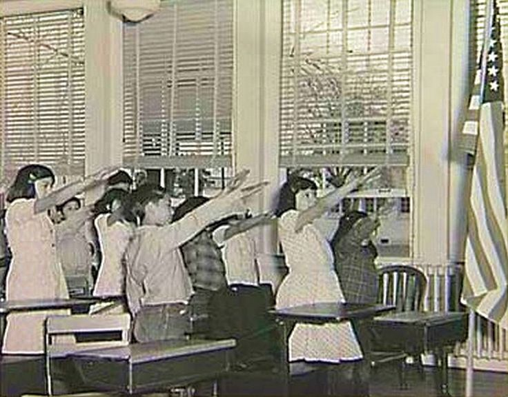 Before 1942, American children pledged allegiance to the flag with the Bellamy salute. Worried that it might be confused with the Nazi's Roman salute, Congress changed the salute to simply placing a hand over the heart. Saludo Bellami, era el saludo nazi, leer el articulo