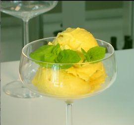 Karita Tykän raakajälkiruokana herkullinen mangojäätelö