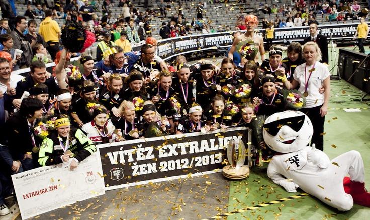 Celý tým Herbadent SJM Praha11 s Florou florbal a SuperfináleManem.