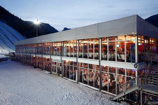 Un exemplu excelent de utilizare a construcțiilor provizorii de evenimente, chiar si in conditii meteorologice de iarnă, la Campionatul Mondial de Biatlon 2012, in Chiemgau Arena din Ruhpolding. info@roeder.ro
