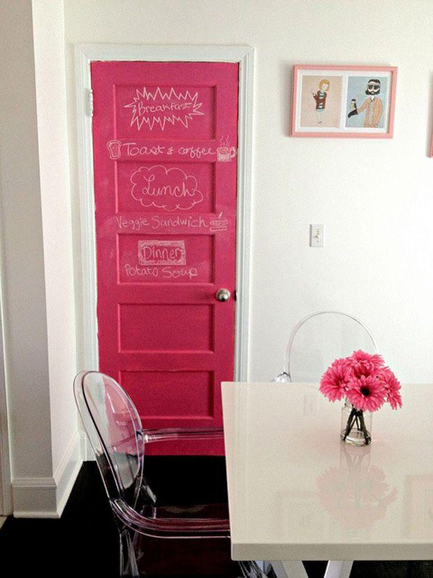 Tinta lousa: dá para usá-la em qualquer ambiente, basta um pouco de imaginação. Ótima para transformar uma porta, cozinhas, quartos e até banheiros!