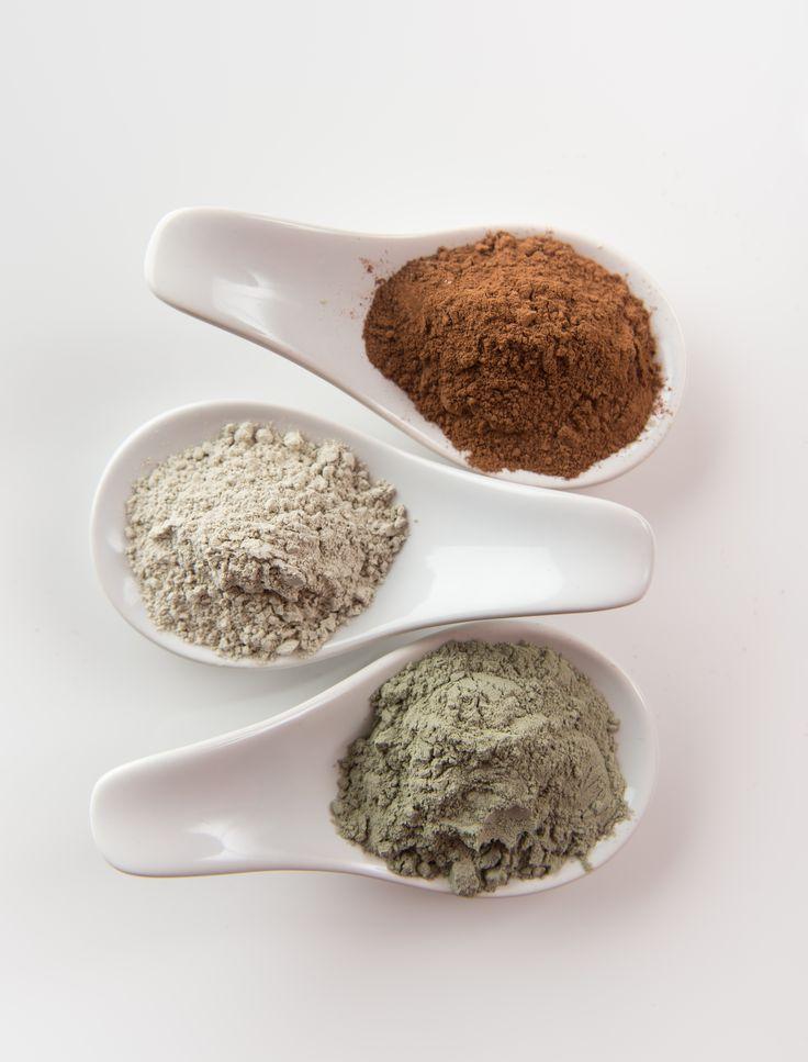 Verschillende soorten klei, bentoniet en witte en groene klei, zorgen ervoor dat de afvalstoffen naar zich toe getrokken worden. Op deze wijze wordt de huid gezuiverd. #academiescientifquedebeaute, #detox