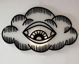 A propos de cet étonnant luminaire…. 1m20 de long pour cette magnifique applique oeil en plexiglas, Pade Design. Idéale au dessus d'un canapé ou encore en tête de lit pour veiller sur votre sommeil ! Pièce unique.  Dimensions / 200 x 130 cm