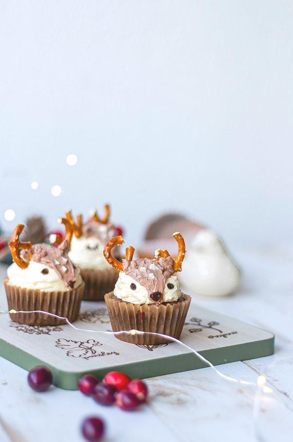 Cupcakes navideños de chocolate con arándanos frescos, decorados como venados con crema de mantequilla y preztels Cocoa, Forest Friends, Mini Cupcakes, Christmas Eve, Blog, Chocolate, Desserts, Recipes, Ideas