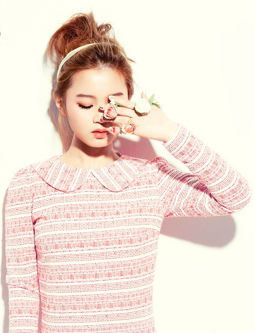 TheHallyu.com loves Lee Hi's fresh style as much as we love her unique voice!  Check out those fun flower accessories.