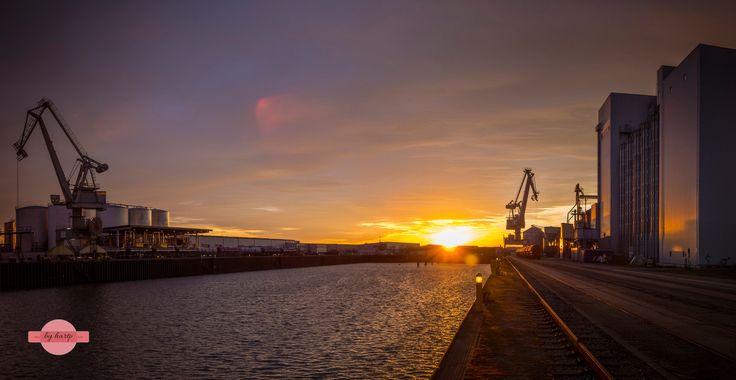 Umschlagplatz - Das Hafenbecken des Straubinger Hafens im Sonnenuntergang.  The Harbour of Straubing at sunset.