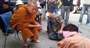 Cult Carioca: OUTRO OLHAR SOBRE O BUDISMO - Rick Ricardo O Budismo é, geralmente, retratado no Ocidente como uma religião de paz e não-violência, onde os monges que usam vestes de cor açafrão com as cabeças raspadas, passam a maior parte do seu tempo meditando. Mas, budismo, como instituição, não é diferente de qualquer outra religião. http://cultcarioca.blogspot.com.br/2014/02/outro-olhar-sobre-o-budismo-rick-ricardo.html
