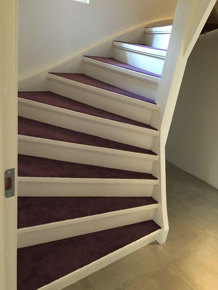Trappan ner till källarplan Heltäckningsmatta från Lano i färgen Just Plum