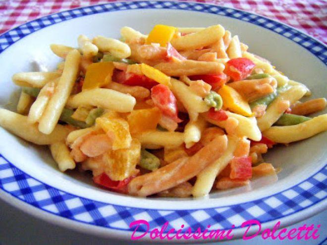 Pasta colorata cremosa con salmone e peperoni