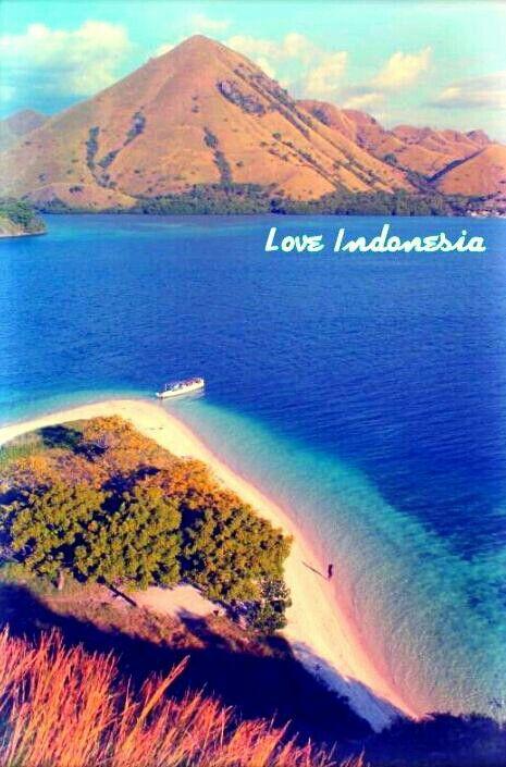 Something beautiful is on the horizone. #KelorIsland #Komodotrip #Flores #Indonesia #Landscape #Adventure