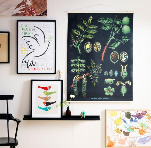 Kombi fürs wohnzimmer: Vancouver Leinwand, Bilderleiste plus Deko und Bilderrahmen an den Wänden