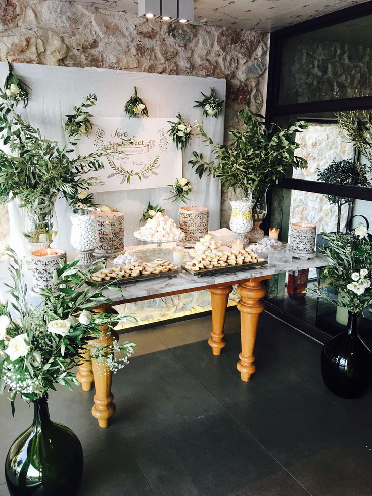 Destination wedding from USA with Greek elements, such as olive branches, eucalyptus and ... love! Lovely candy bar for the welcome table! #sensyleevents #sensyle #destinationwedding #greece #candybar #welcometable #decor