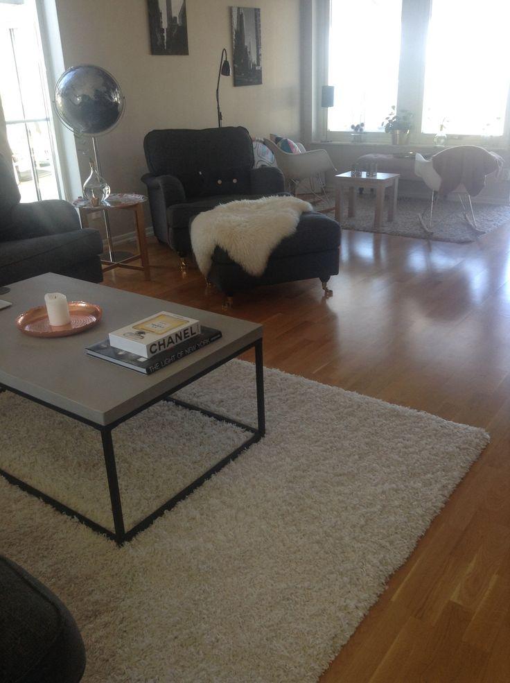 Vardagsrum, Howard fåtölj, stenbord, Eames gungstol och coffee table books