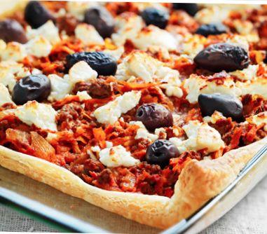 https://www.ica.se/recept/kottfarspaj-med-feta-687861/  1 kyld smördeg (à 250 g) 2 gula lökar 2 vitlöksklyftor 2 morötter (à 100 g) 2 palsternackor (à 100 g) 600 g köttfärs 2 msk olja 500 g krossade tomater 2 dl crème fraiche timjan salt och peppar 200 g fetaost 16 oliver