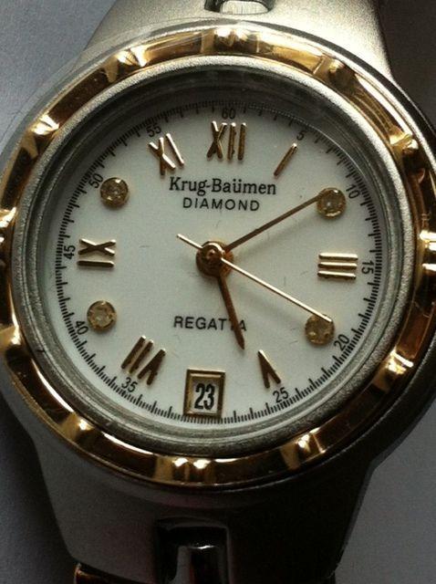 Krug-Baümen Regatta Diamond - Polshorloge voor dames ongedragen.  Krug Baumen Regatta met 4 diamanten in de wijzerplaat - horloge.Kwarts minerale kristal geborsteld staal en goud verguld / gelamineerd goud.Diameter van de behuizing is 25 mm dikte van het omhulsel is 7 mm.De kroon is versierd met een onyx tip.Band breedte: 14 mm lengte riem: 22 cm opgenomen met het horloge met vlinder gesp.Certificaat van Echtheid voor de diamanten.Nooit gedragen geleverd met het vak en de originele…