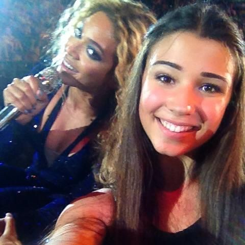 Beyonce photobombs a girl at her concert! Epic photobomb!