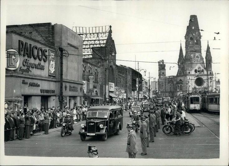 Berlin-Charlottenburg, 1953. Staatsbesuch in der City West. Das Bild - samt der alten Straßenbahnen - dürfte auf der Budapester Straße aufgenommen sein, auf Höhe des Zoo-Palastes.