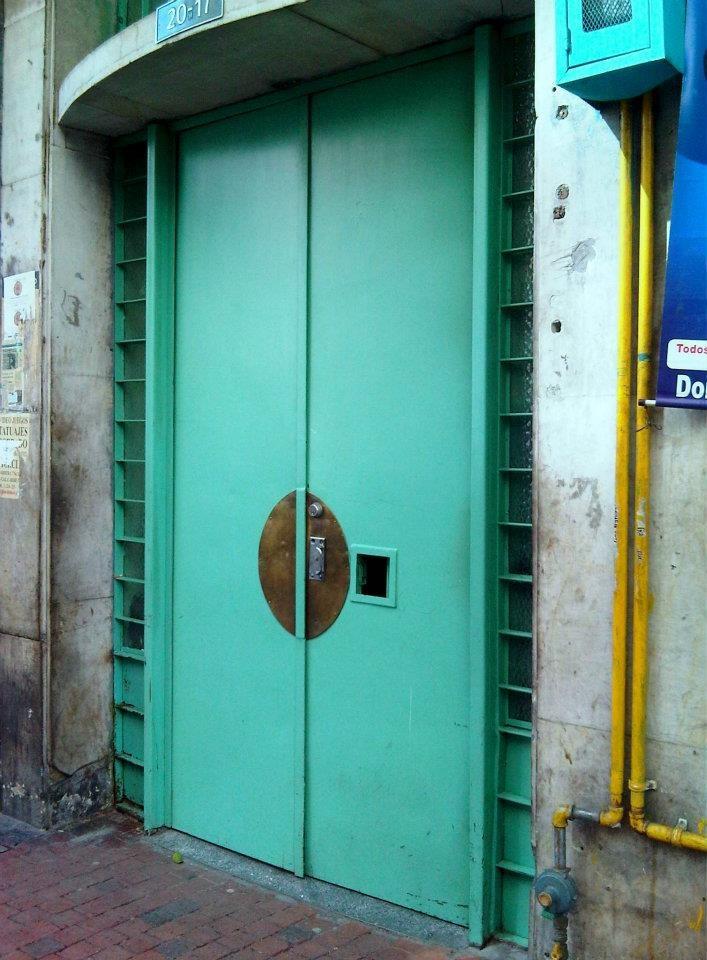 Típica puerta de un Edificio antiguo del centro de Bogotá, colores de los 40', 50'....