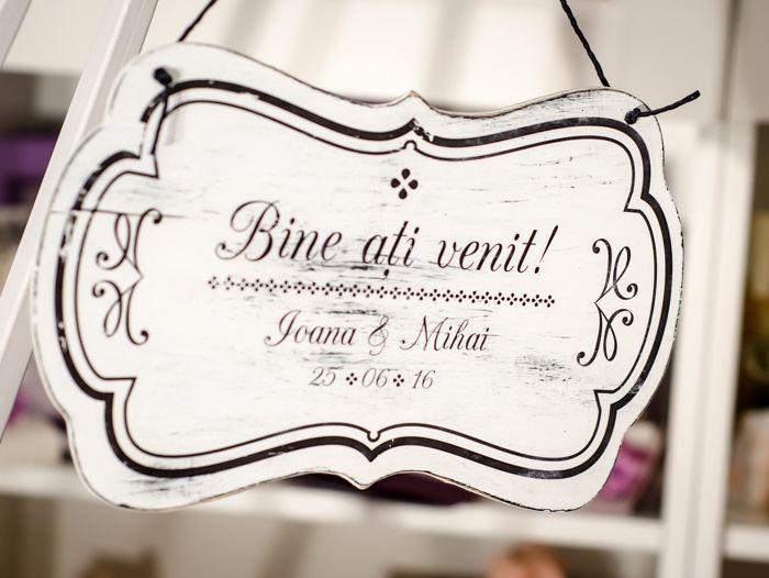 Invitații prezenți la evenimentul tău vor fi plăcut impresionați când vor fi întâmpinați de aceste plăcuțe decorative personalizate. http://www.decomag.ro/semn-decorativ-bine-ati-venit.html
