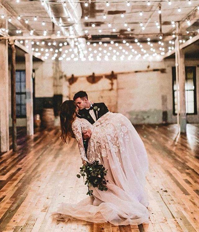 A iluminação é ponto chave em qualquer decoração e pode dar um visual incrível. Na foto, noivos em registro romântico no dia do casamento.