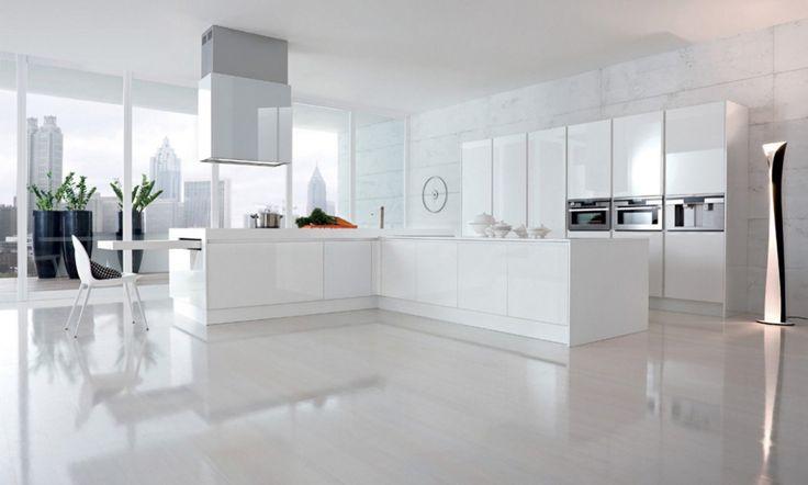 Do kuchyní CITY přenesli italští designéři prvky moderního života ve městě a zdůraznili v ní touhu po kráse a praktickém využití prostoru. Tyto nevšední kuchyně mají lineární design a oproti ostatním kuchyním jsou výjimečné kvůli exkluzivním výsuvným pultům, které jsou zasunuty pod kuchyňskou linkou. V případě potřeby je možné pult vytáhnout a použít jej jako stůl nebo barový pult.