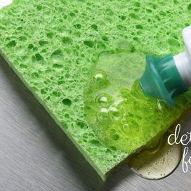 Un detersivo per i piatti ecologico o autoprodotto (qui trovi la ricetta per fare il detersivo fai da te con il sapone di Marsiglia) è l