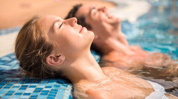 Летний хлор: как уберечь кожу, волосы и ногти в бассейне - Летний сезон купаний в бассейнах можно считать открытым. Но как бы приятно ни было окунуться в прохладу жарким днем, не забывайте: длительный контакт с хлором не сулит вашей красоте и здоровью ничего хорош�