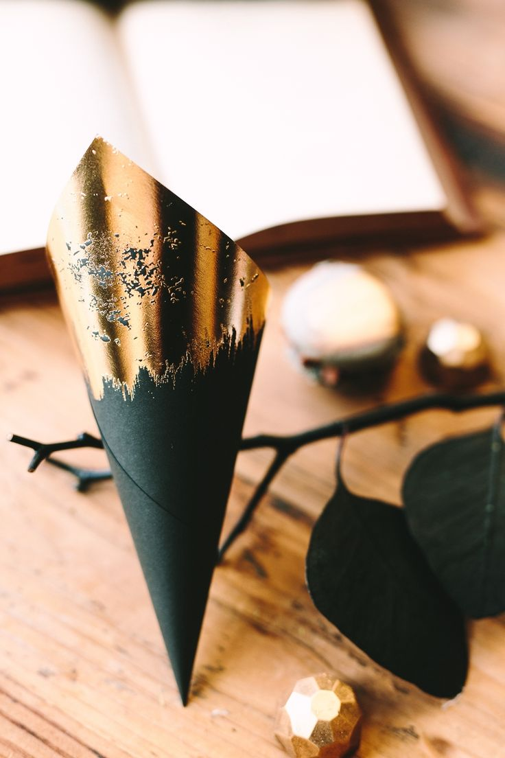 Classy and breathtaking paper cones in black and gold.  #black #gold #papercones #stationary #weddingplanner #decoration #dreamsinstyle