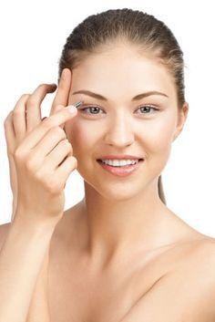 Comment épiler les sourcils  De beaux sourcils encadrent le regard. La forme de nos sourcils peut améliorer notre apparence et équilibrer nos traits.  Si nos sourcils sont épais, on pourrait avoir besoin de les épiler, s'ils sont fins, on les tracera au crayon pour corriger leur forme.  Quoi qu'il en soit, voici en  5 étapes, une technique d'épilation des sourcils  facile et flatteuse qui convient pour toutes les formes de visage.