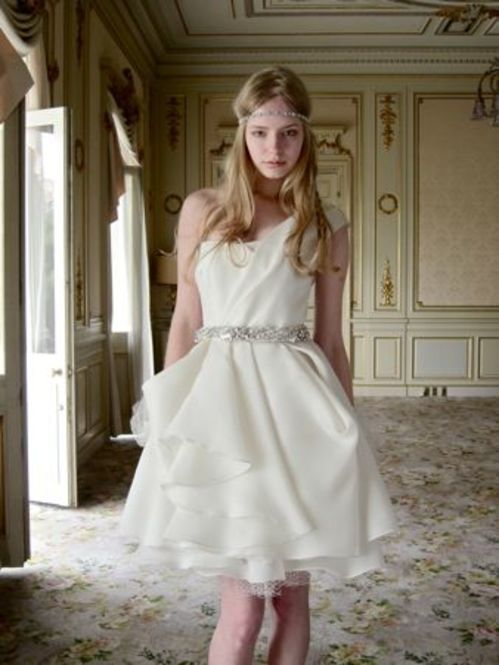 ミニ丈のウェディングドレスも人気があります。ヘッドとウエストのアクセントが効いていてスマート可愛い着こなしですね♡