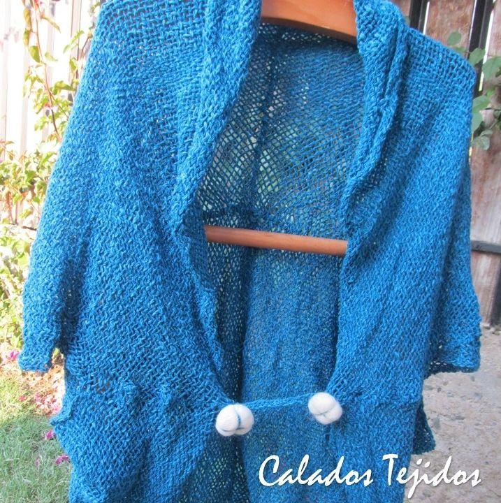Torera tejida en telar con algodón color azúl petróleo, aplicaciones de botones en vellón.