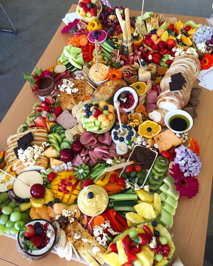 Saturday grazing table perfection! We are drooling over this ginormous spread by @platterandgraze