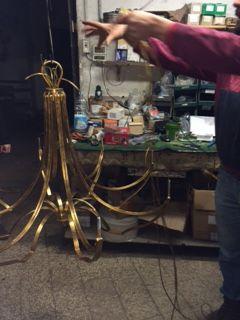Paire de #lustres à finir pour la fin de l'année... Phase de montage finale: la dorure vient d'être finie, on est au câblage électrique, puis montage des accessoires, fin de semaine les lustres sont finis Inauguration de la salle prévue pour le 31 décembre! www.i-lustres.com #luxurychandelier #chandelier #crystalchandelier #lustreartisanal #lustresur mesure