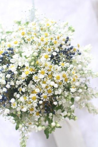 軽井沢らしい森の妖精みたいなクラッチブーケ♡ 軽井沢での結婚式のアイデア一覧。ウェディング・ブライダルの参考に。