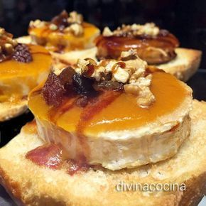 Estos canapés de queso de cabra y frutos secos se acompañan de una sencilla crema caliente de manzana. Resultan perfectos como aperitivo o como postre.