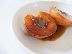 ΥΛΙΚΑ 10 ροδάκινα 1 κουταλιά σούπας βούτυρο λιωμένο 2 κουταλιές σούπας ζάχαρη 2 κουταλιές σούπας αµαρέτο (ή άλλο λικέρ)
