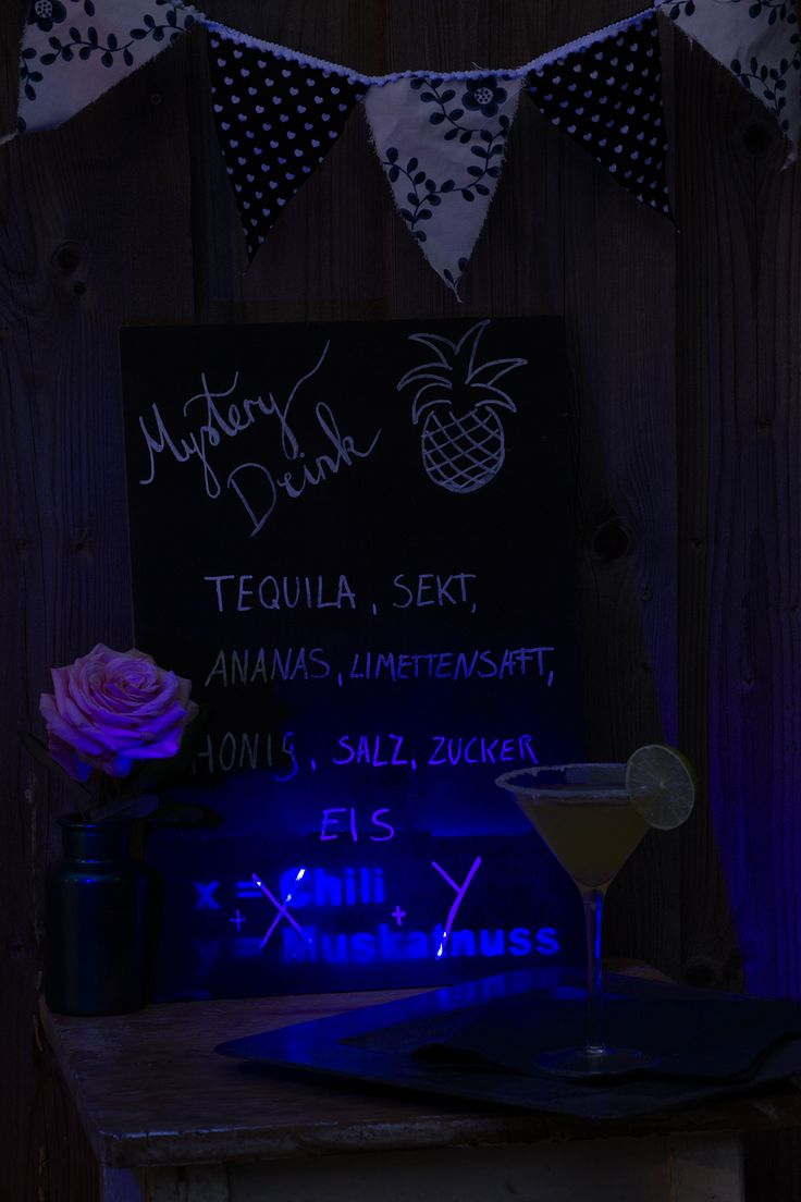 DIY PROJECT KREATIVFIEBER MENU BOARD - When you're throwing a party, we sometimes feel the need to come up with interesting conversation starters or ac...