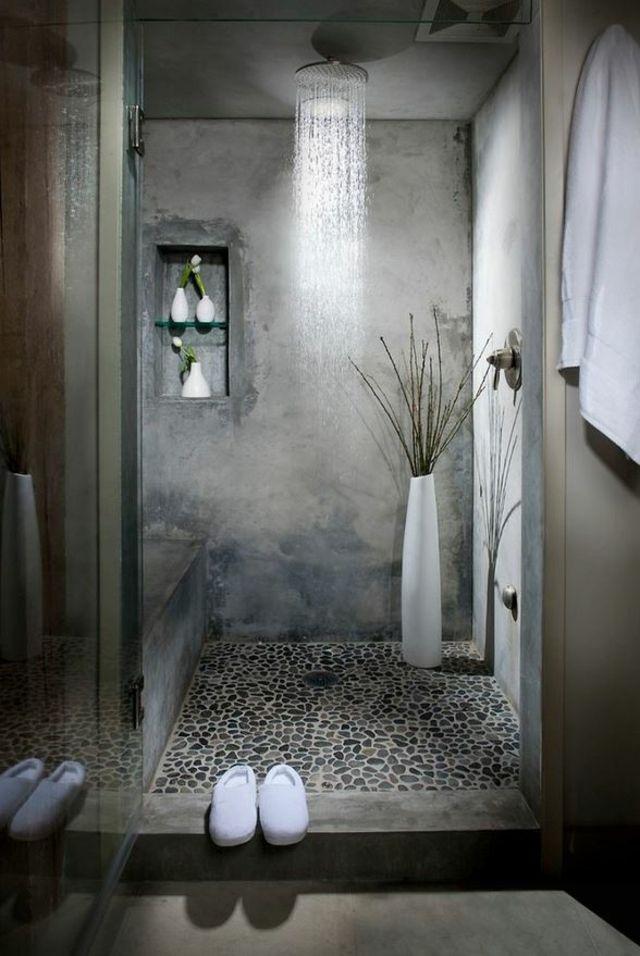 Cabine de douche aux murs en béton et mosaïque intéressante