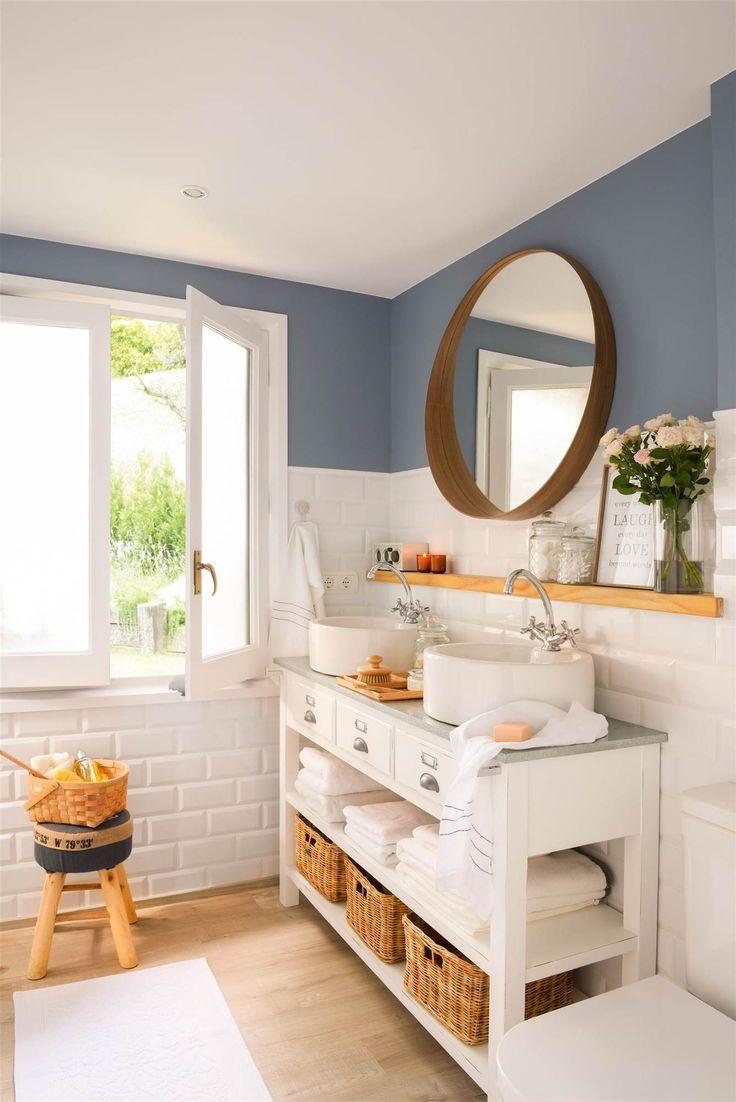 00426636. Baño pintado en azul y con azulejos metro en blanco, como el mueble bajolavabo. Espejo redondo 00426636