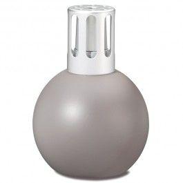 Lampe Bingo lin. D'esprit design et contemporain, une petite lampe en verre laqué de couleur lin qui s'intègre en toute délicatesse dans les intérieurs d'aujourd'hui.