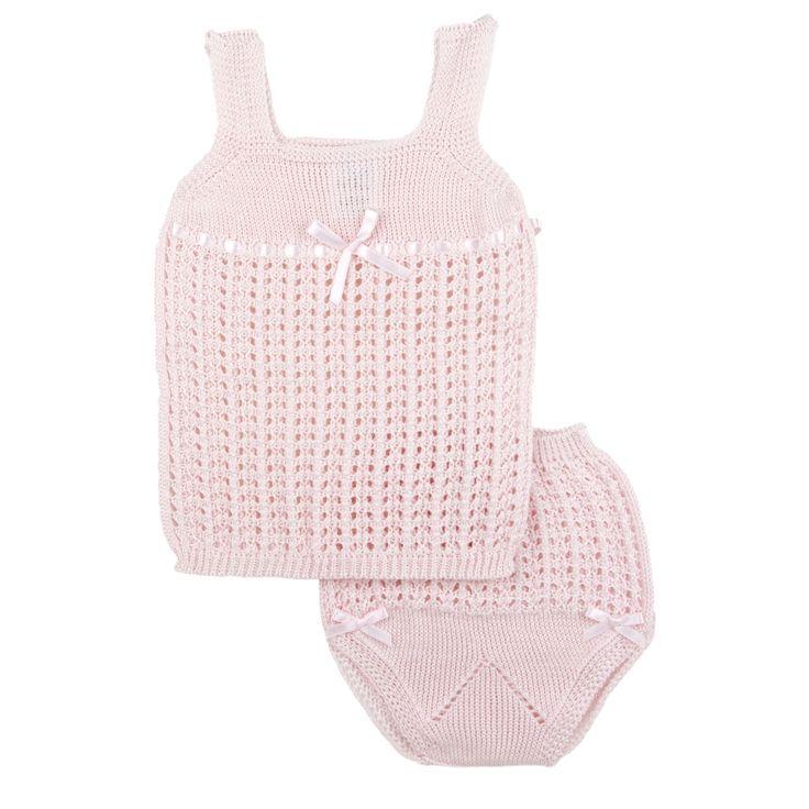 Opengewerkt Spaans roze babypakje. De set bestaat uit een hemdje met bijpassend broekje. Het broekje is afgewerkt met roze lintjes langs de beentjes
