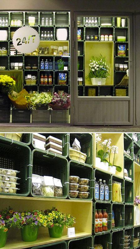 Fotos de una tienda de comestibles y flores. Sus estanterías están hechas con cajas de plástico habitualmente usadas para la verdura y la fruta