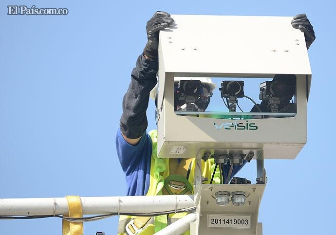 Otras 29 cámaras de fotomultas están siendo instaladas en diferentes puntos de la ciudad. Han ayudado a reducir el número de accidentes. Foto: José Guzmán | El País.