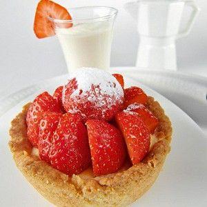 Важное дополнение к этому июньскому десерту – крем шантильи. Его нужно подавать отдельно, чтобы клубника попала на стол в незапятнанном виде