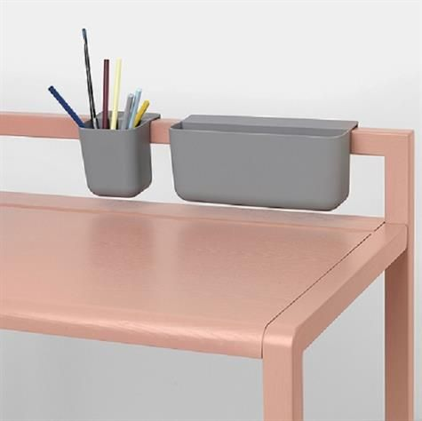 Brug Ferm Living lommerne til farver, tuscher, bøger, klistermærker og hemmeligheder. Lommerne er lavet af blødt og fleksibelt silikone og designet til at hænge på siderne af bordet, bagkanten af skrivebordet og ryglænene på stolene og bænken.  Mål: lille eller stor