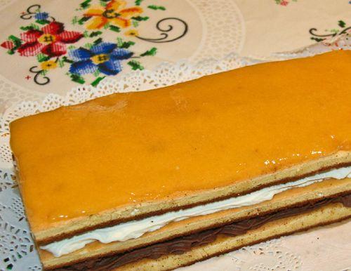Pastel de Sant Jordi es una receta para 6 personas, del tipo Postres, de dificultad Media y lista en 75 minutos. Fíjate cómo cocinar la receta.     ingredientes   - Para la Base:  - 120 gr. harina  - 120 gr. de azúcar  - 5 huevos  -  - Para la Trufa:  - 400 cl. nata para montar  - 225 gr. de chocolate negro fondant  - 50 gr. de azúcar  -  - Para la Nata:  - 400 cl de nata para montar  -  - Para la crema de Yema:  - 2 huevos  - Tanto azúcar como pesen los huevos con cáscara  - 1 limón