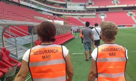 ¡Detener la violencia! Club Sport Recife de Brasil emplea a madres fans como guardias de seguridad.